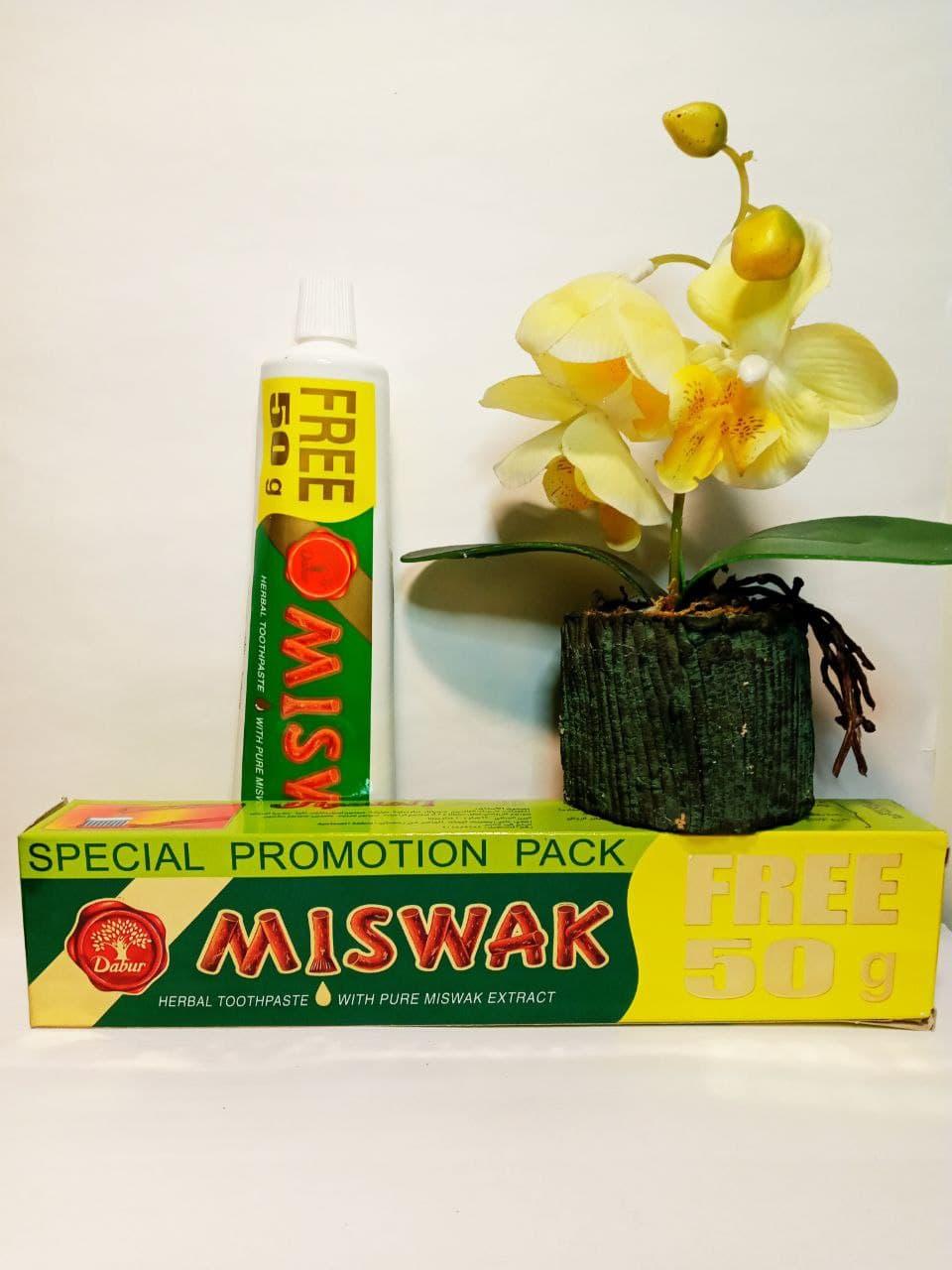 Покупает натуральную травяную зубную пасту Miswak для ухода за зубами и деснами